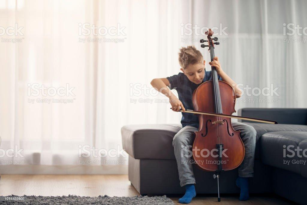 집에서 첼로 연습 하는 어린 소년 - 로열티 프리 6-7 살 스톡 사진