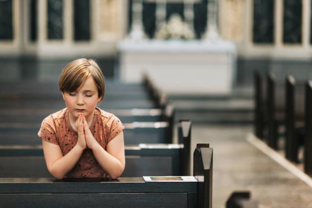 Kleiner Junge in der Kirche beten – Foto