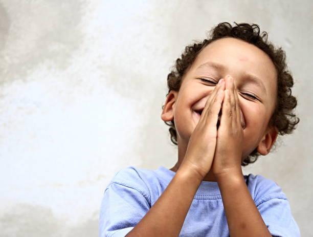 маленький мальчик молится богу - white background стоковые фото и изображения