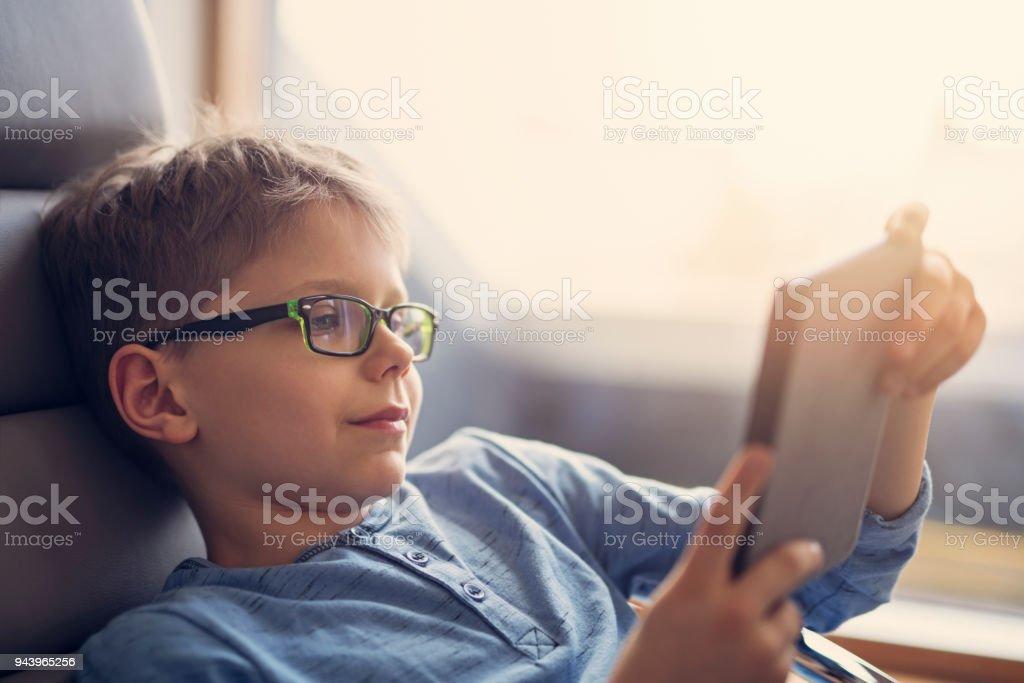 Kleiner Junge, ein Ebook zu lesen – Foto