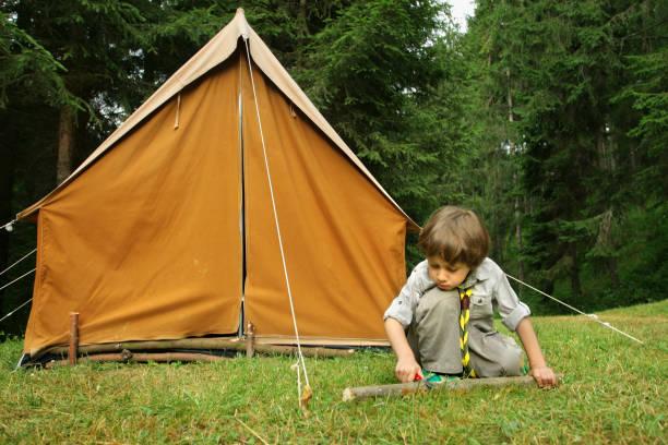 little boy scout - boy scout fotografías e imágenes de stock