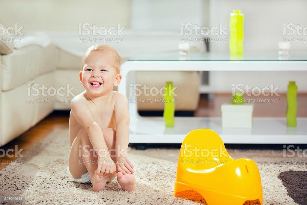 Little Boy sesión siguiente orinal de niño - foto de stock