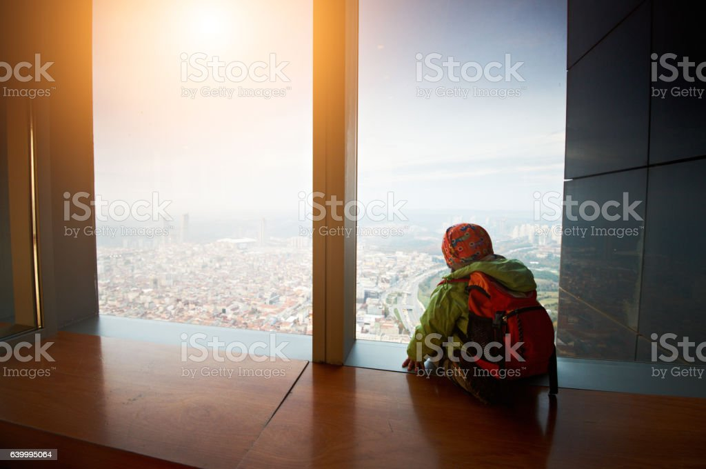 little boy sitting on a observation deck - foto de stock