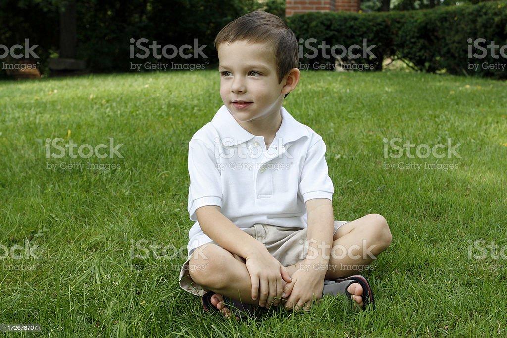 Menino sentado - foto de acervo