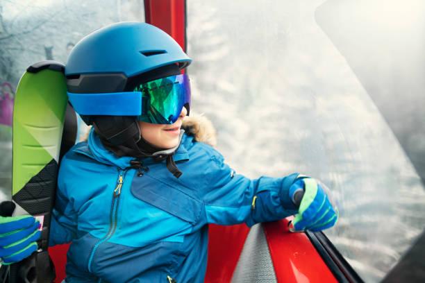 Kleiner Junger Skifahrer im Gondellift – Foto