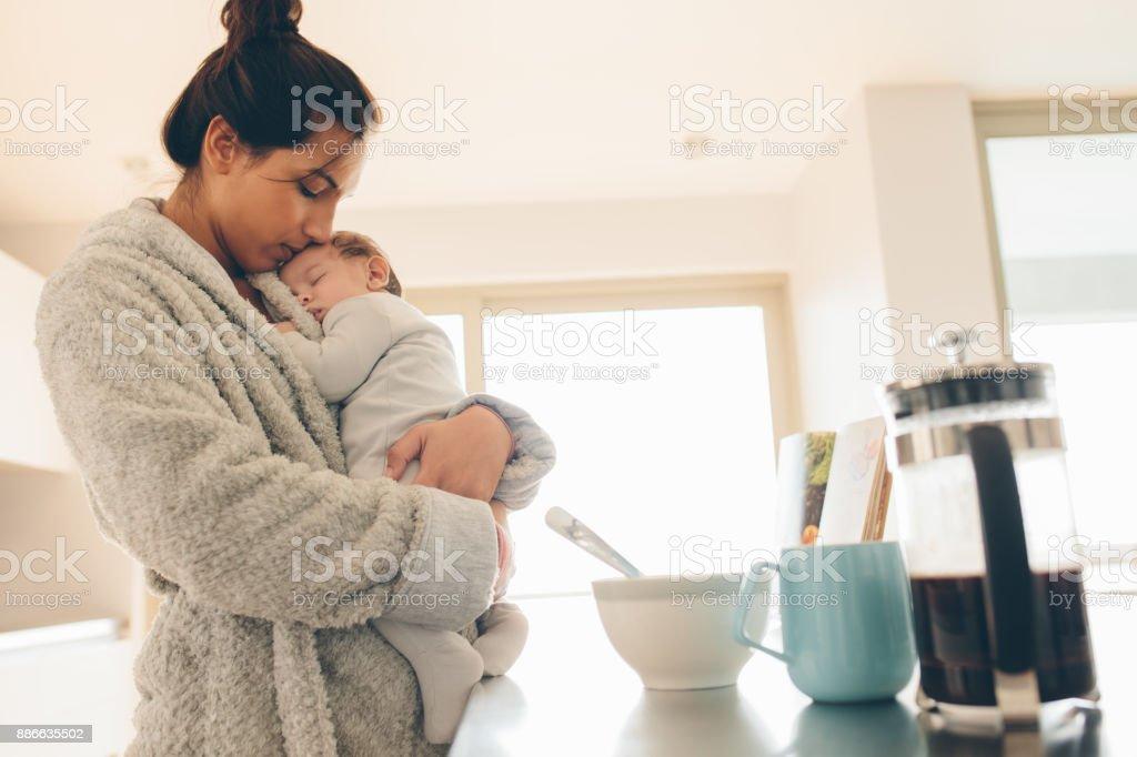 Kleiner Junge in den Armen seiner Mutter schlafen – Foto