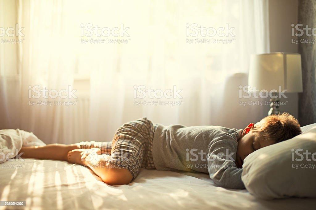 Kleine Junge Schlafen auf sonnigen Morgen. – Foto