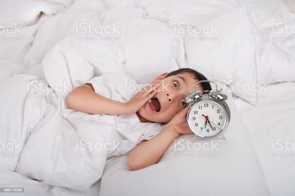 Menino dormiu com despertador - foto de acervo