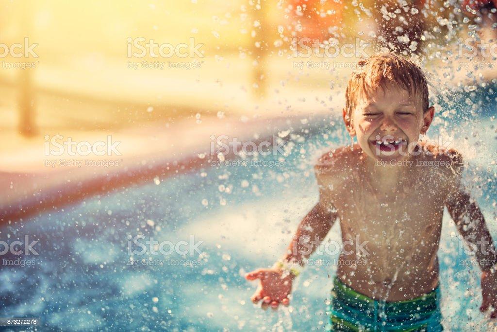 Kleiner Junge spritzte im Wasserpark – Foto