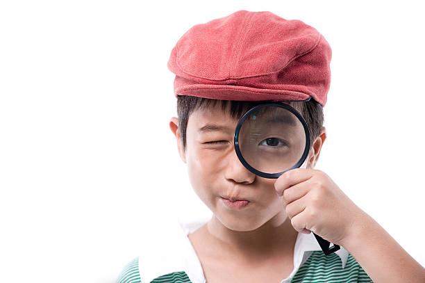 Kleine Junge mit Lupe – Foto