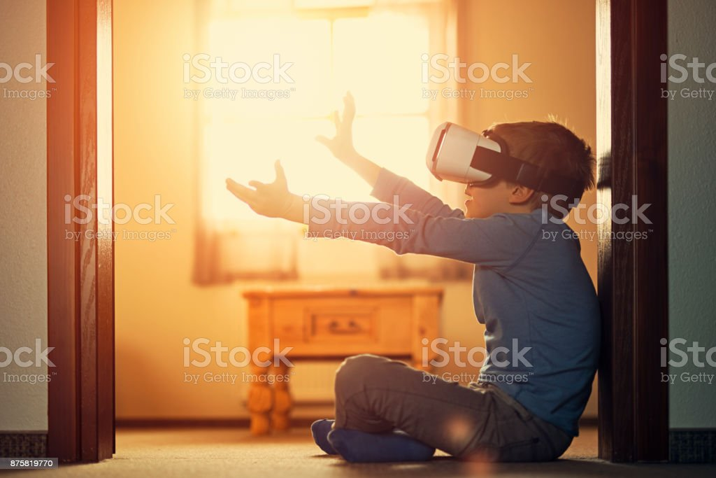Kleiner Junge mit virtual-Reality-Kopfhörer – Foto