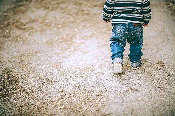 rapaz andar - criança perdida imagens e fotografias de stock