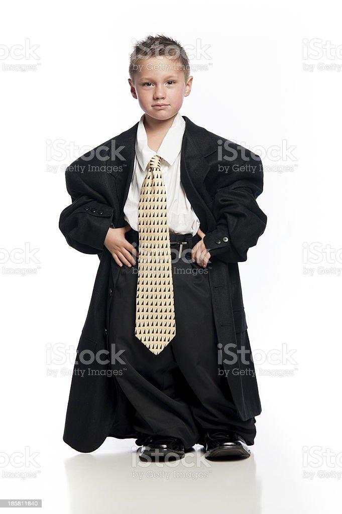 fd3c786a72ff Piccolo ragazzo indossa abbigliamento oversize e cordino foto stock  royalty-free