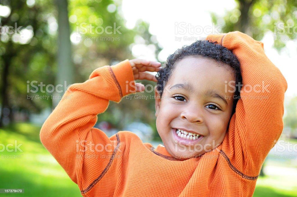 Petit garçon avec un inestimable sourire à l'extérieur - Photo