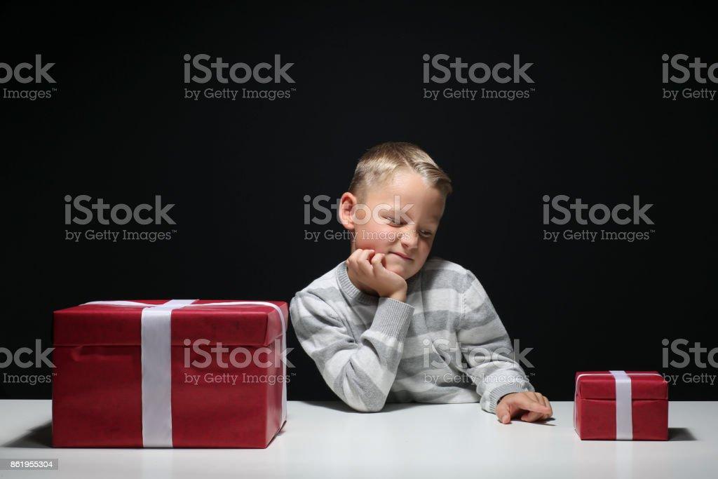 Kleiner Junge mit einem kleinen ein großes Geschenk – Foto