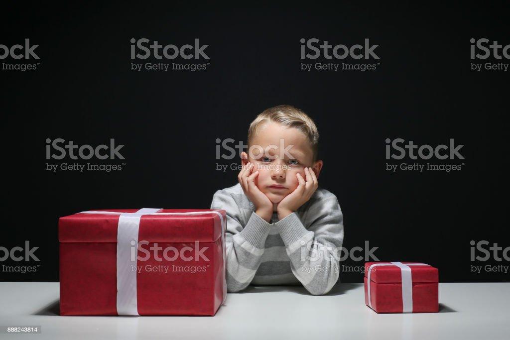Kleiner Junge mit einem kleinen ein großer Xmas-Geschenk träumt – Foto