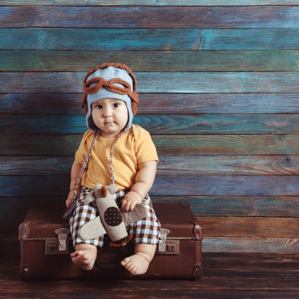 kleiner junge mit einem spielzeugflugzeug - kindermütze häkeln stock-fotos und bilder