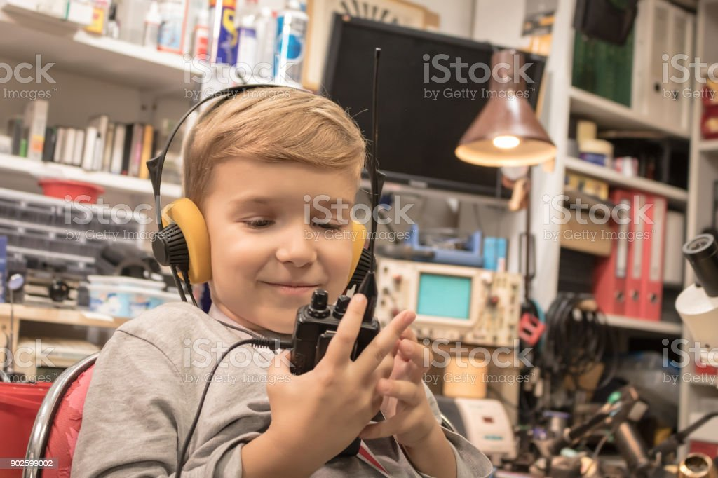 Kleiner Junge mit Kopfhörern mit Walkie-Talkie. – Foto