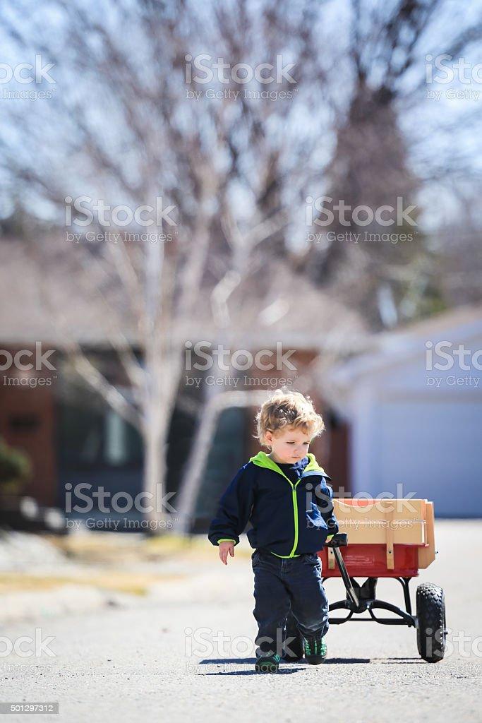 Kleiner Junge mit seinem Little Red Wagon – Foto