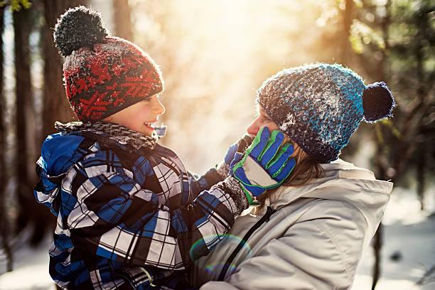 little boy with mother on in winter forest - sanft und sorgfältig stock-fotos und bilder
