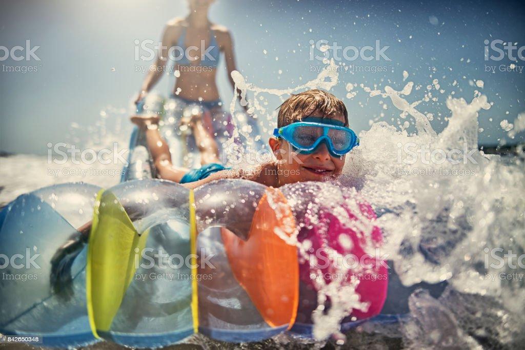 Petit garçon avec mère jouer s'amuser dans la mer - Photo