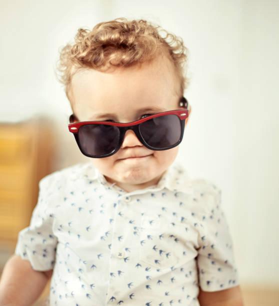 kleiner junge mit großen sonnenbrille - sonnenbrille kleinkind stock-fotos und bilder