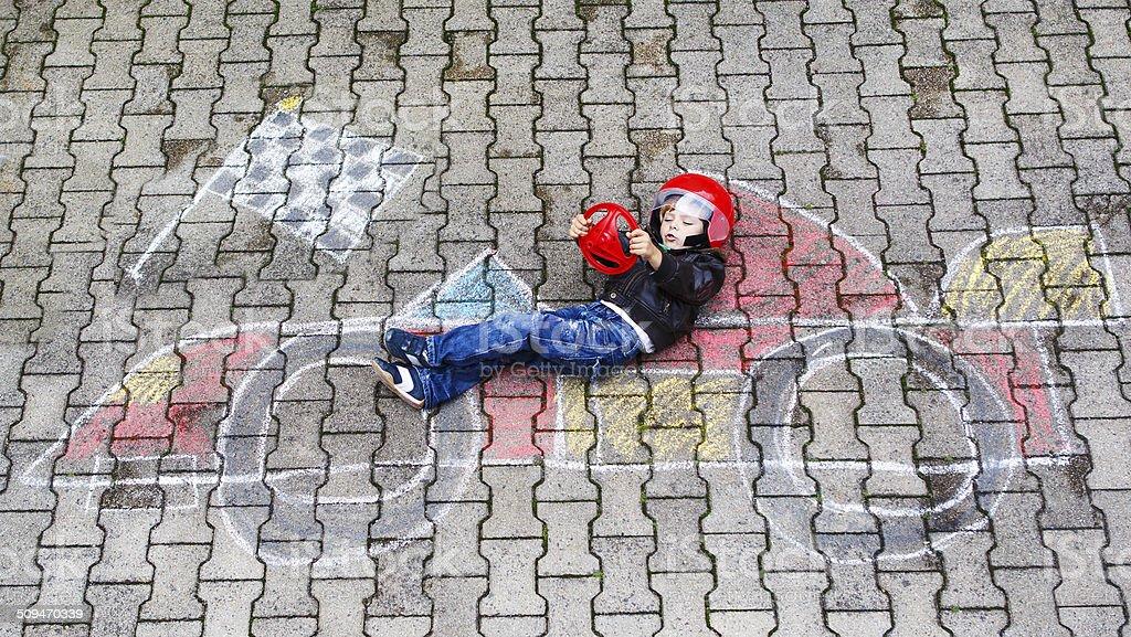 Foto De Menino Com Carro De Corrida Imagem De Desenho Com Giz E