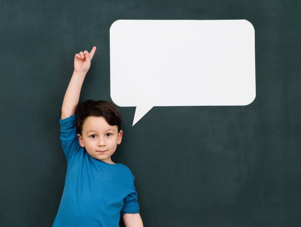 kleiner junge mit sprechblase - fragen für jungs stock-fotos und bilder