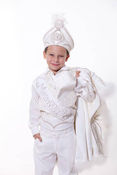 petit garçon avec des costumes circoncision turc - circoncision photos et images de collection
