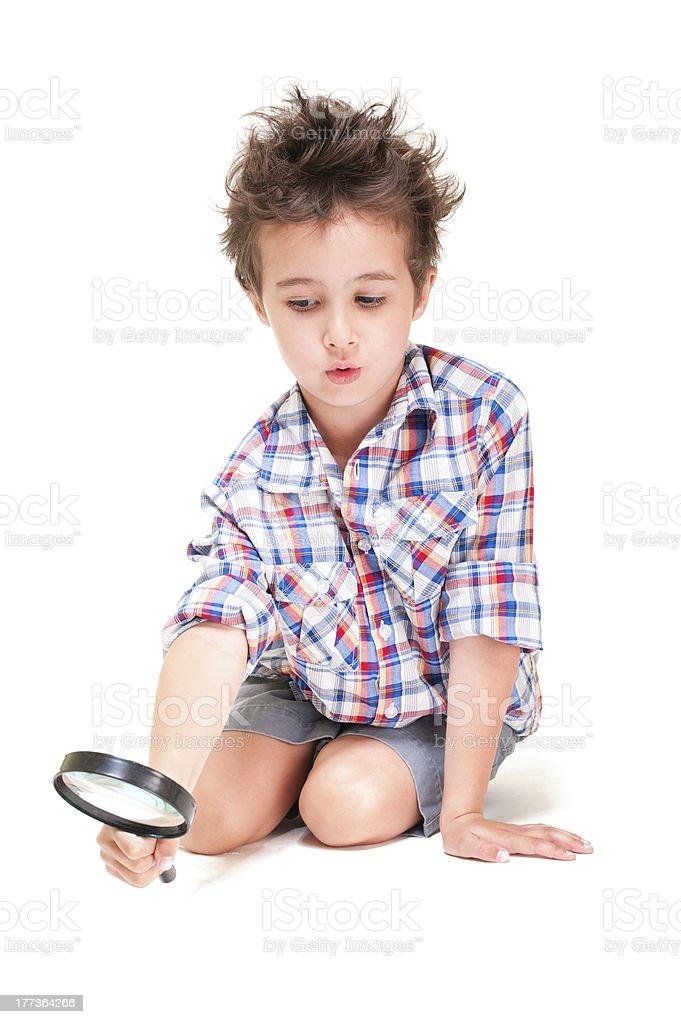 Kleiner Junge mit ungewöhnlicher Haar Experimentieren mit Lupe – Foto