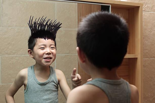 kleine junge ist graffiti im badezimmerspiegel - sprüche kinderlachen stock-fotos und bilder