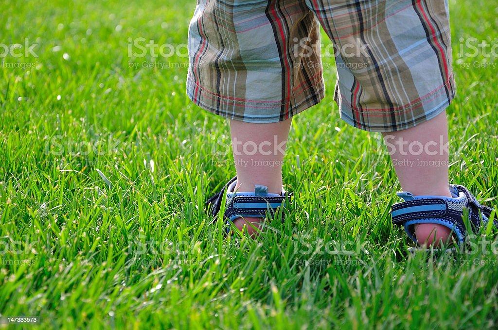Menino de pernas e pés - foto de acervo