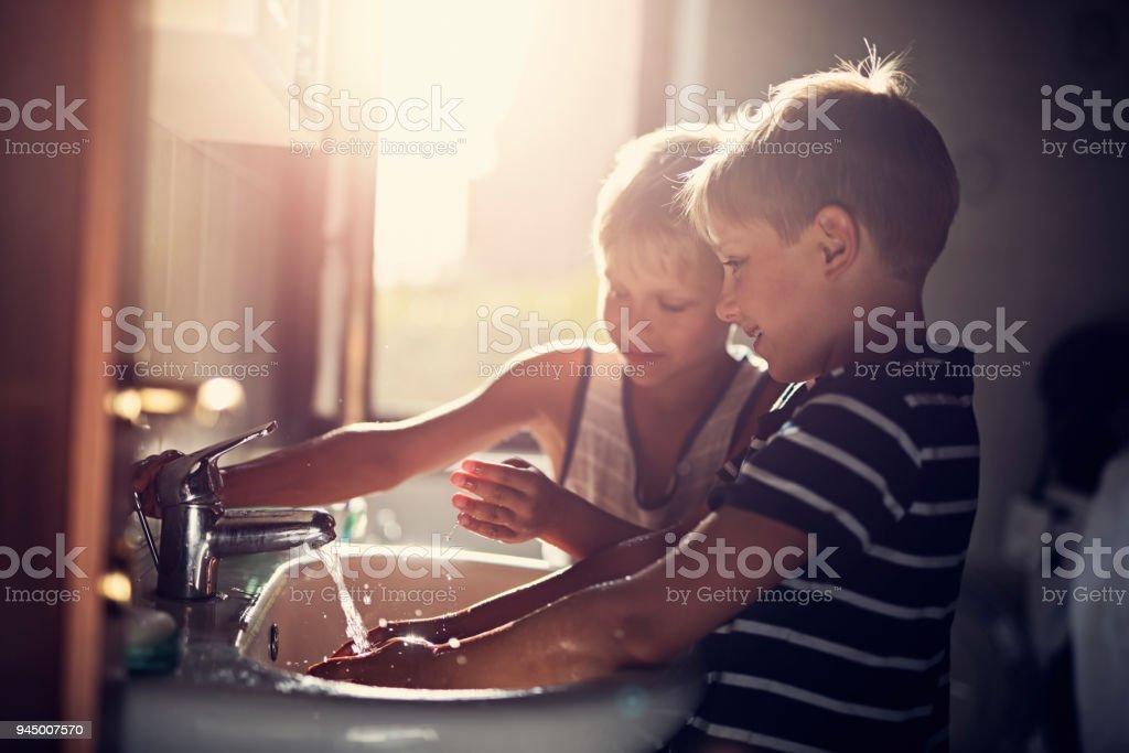 Kleine Jungen, die Hände zu waschen - Lizenzfrei 8-9 Jahre Stock-Foto