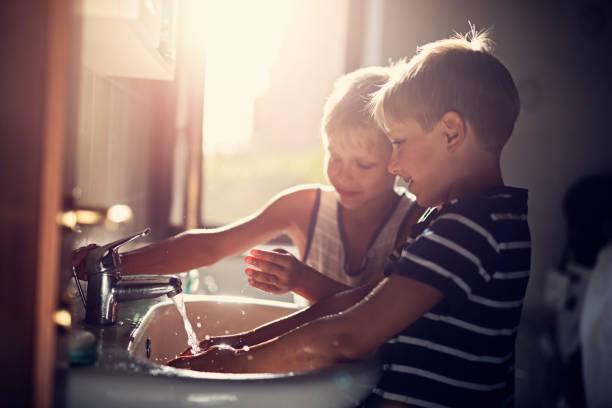 küçük çocuklara el yıkama - tap water stok fotoğraflar ve resimler
