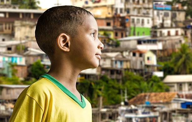 pouco menino brasileira em um fundo colorido - cultura brasileira - fotografias e filmes do acervo