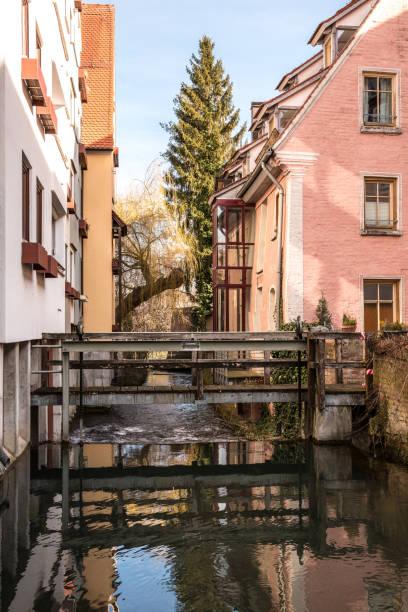 Kleine Brücke zwischen den Häusern des alten Teils der Stadt – Foto