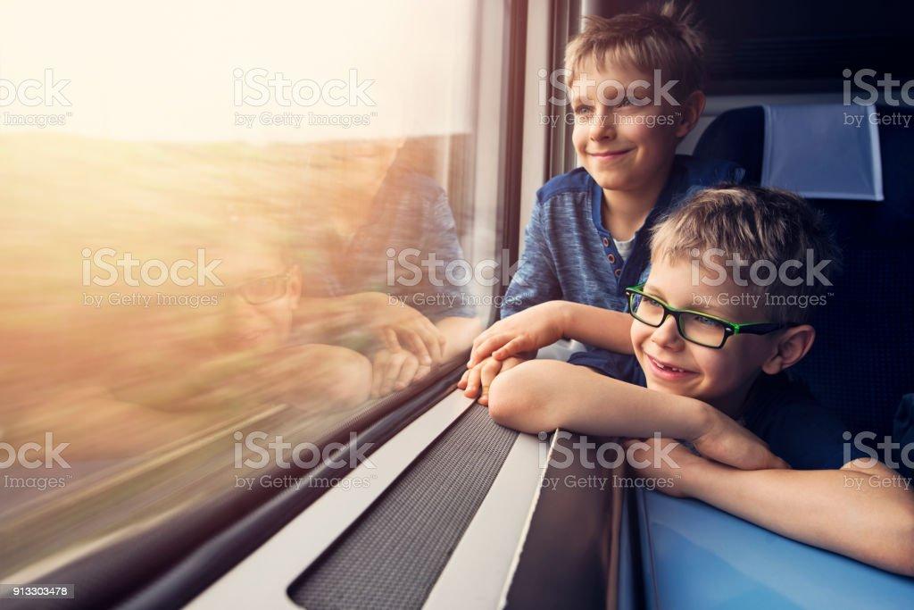 Brotheres poco disfrutar de viajar en tren - foto de stock