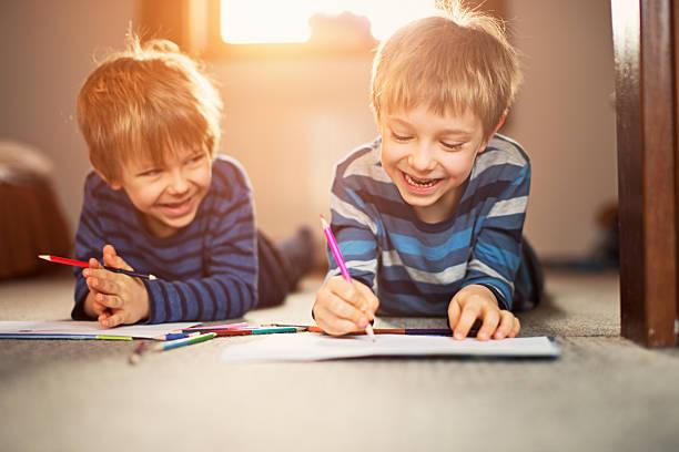 Kleinen Brüdern, die Zeichnung zusammen – Foto