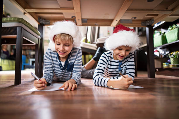 Little brothers writing letters to santa clasu - foto stock