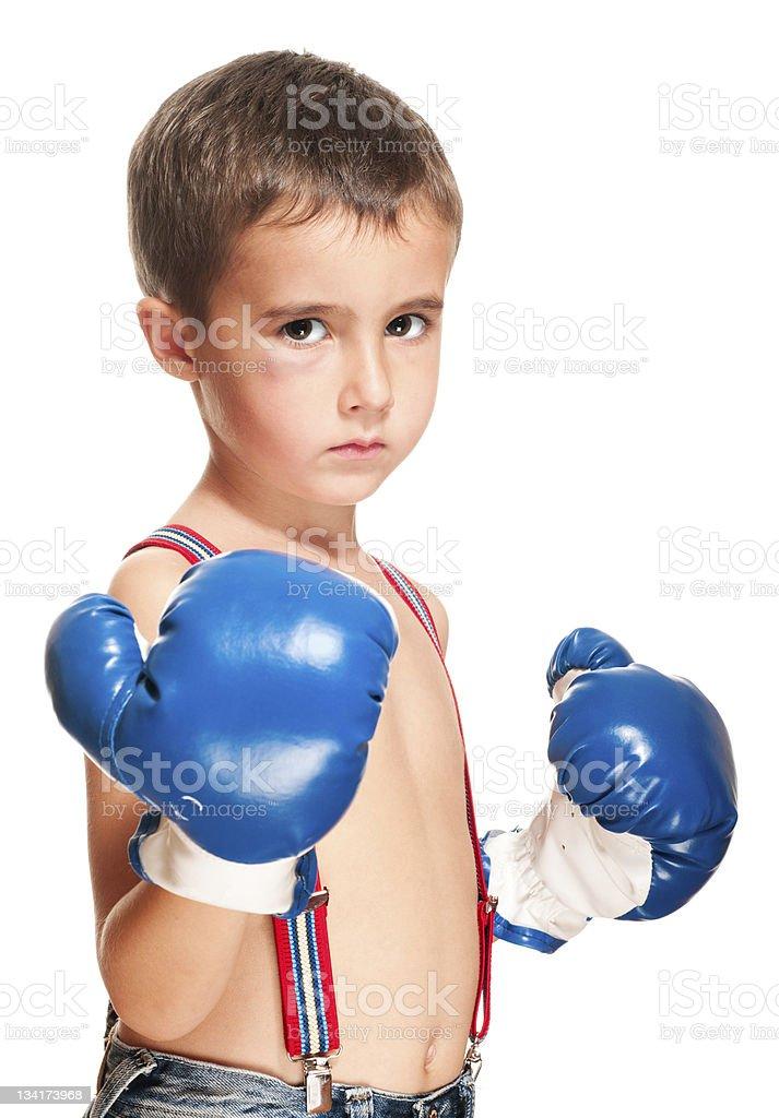 Little bully Junge mit Blauer Fleck in boxing Handschuhe Kampfpose – Foto