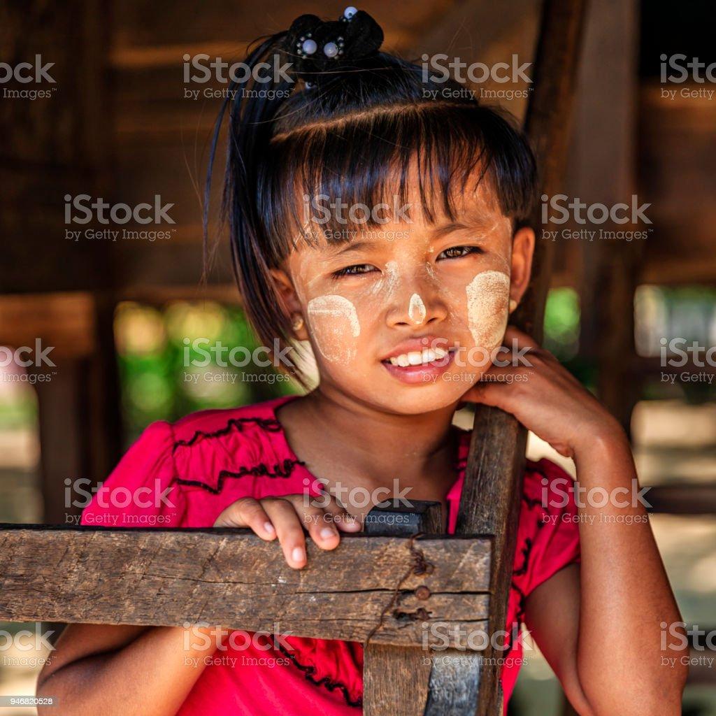 顔に塗っている白いものが、「タナカー」というミャンマー伝統の化粧品