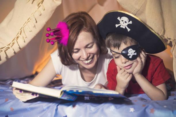 kleinen kapitän hook - piratenzimmer themen stock-fotos und bilder