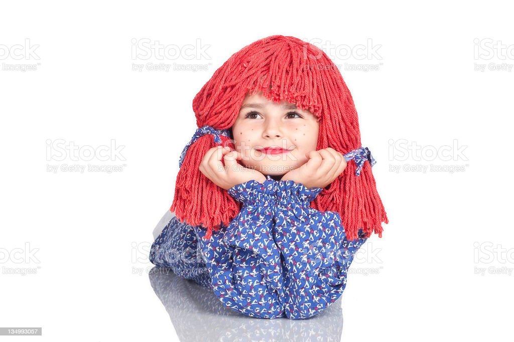 Little caucasiana garota usando Raggedy Ann fantasia Isolado no branco. - foto de acervo