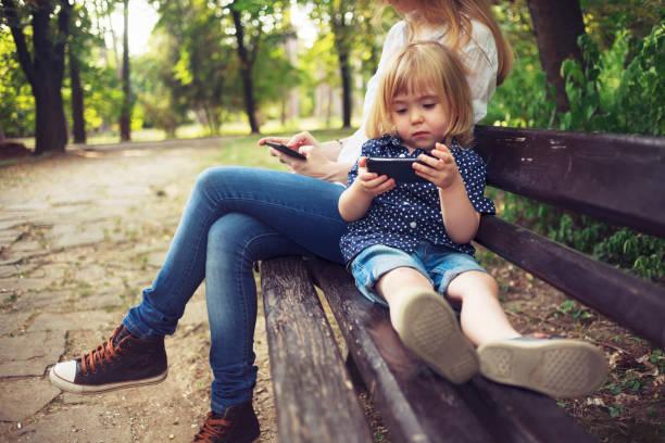 Kleines Kind und seine Mutter mit Smartphones – Foto