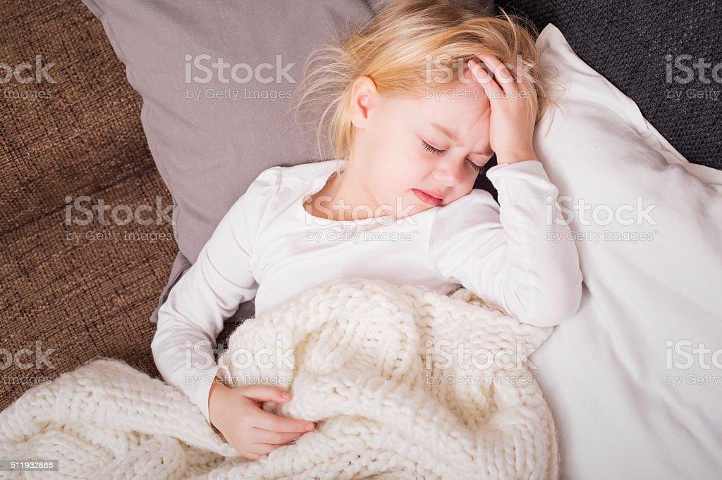 Poco niño enfermo y sosteniendo su mano a la frente - foto de stock