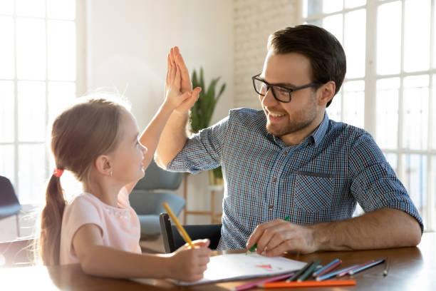 menina pequena dando cinco anos para pai amoroso afetuoso. - encorajamento - fotografias e filmes do acervo