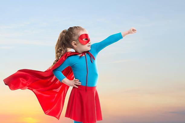 menina pequena criança brinca super-herói dos negócios. - baby super hero imagens e fotografias de stock