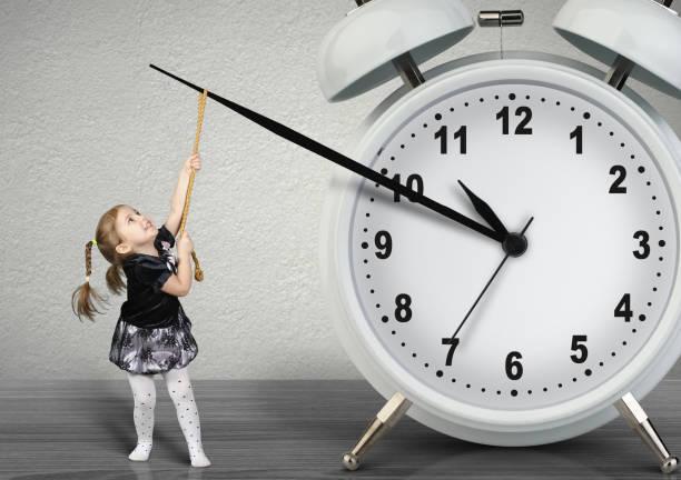 kleines kind mädchen ziehen hand uhr, zeit-management-konzept - kinder die schnell arbeiten stock-fotos und bilder
