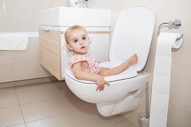 kleines kind in toilette - kinder wc stock-fotos und bilder