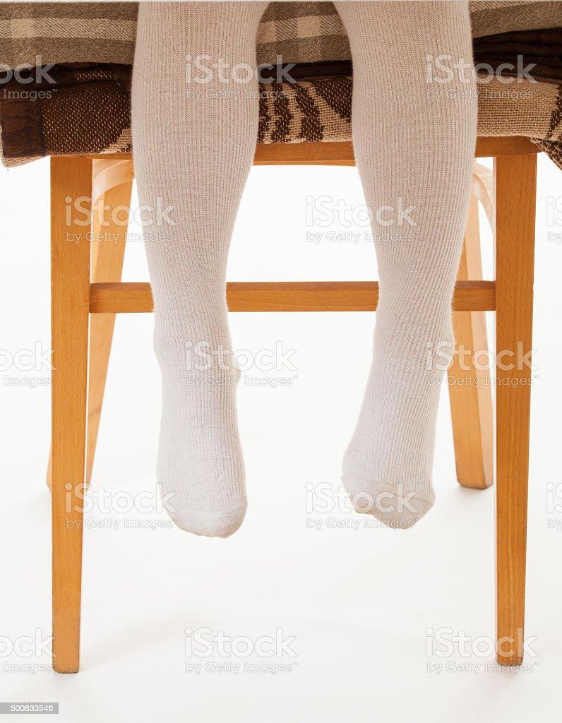 Kleines Kind sitzt auf dem hohen Stuhl – Foto